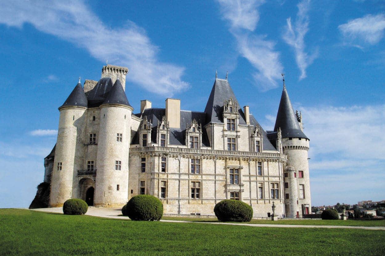 Château de La Rochefoucauld, ciel bleu