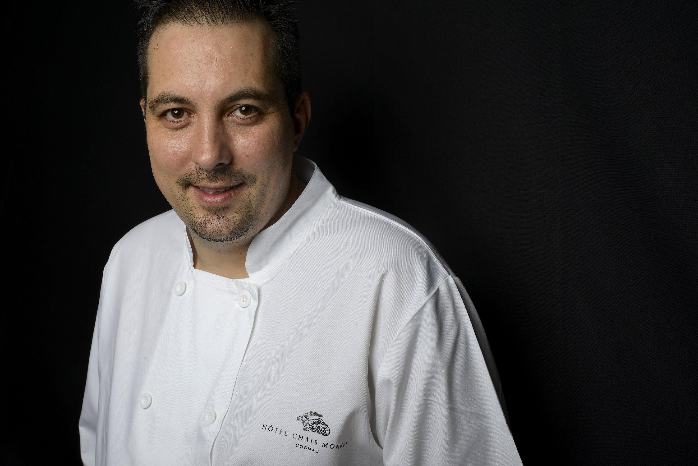 """le chef étoilé Sébastien Broda, aux fourneaux du restaurant gastronomique """"Les Foudres"""" à Cognac"""