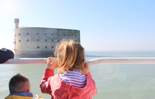 Enfants regardant le Fort Boyard, Charente-Maritime