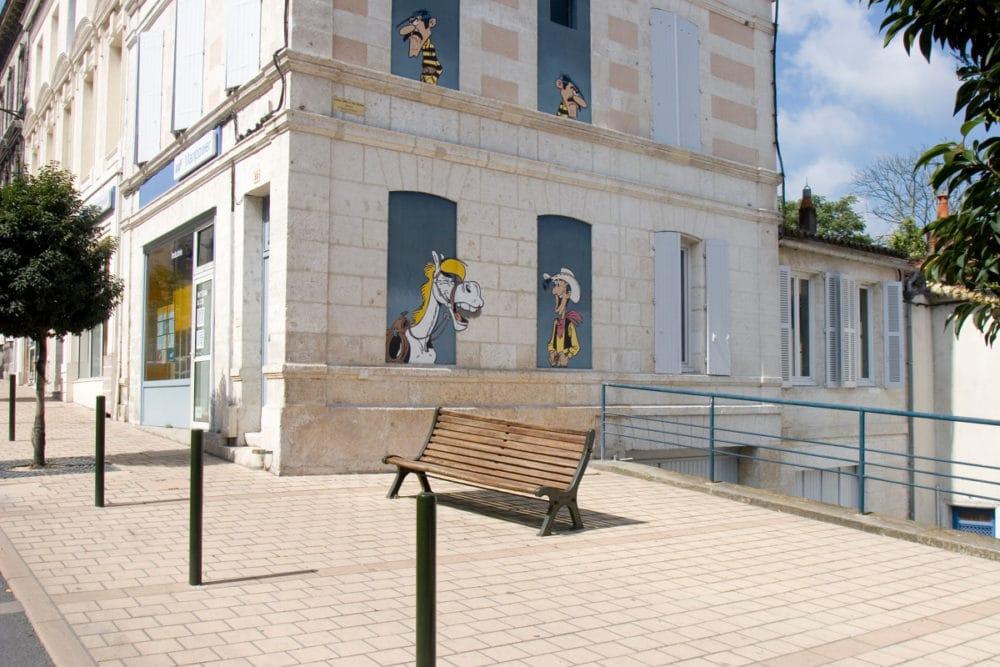 Mur peint représentant Luky Luke, Les Dalton et Jolly Jumper (Morris - Cité de la Création)