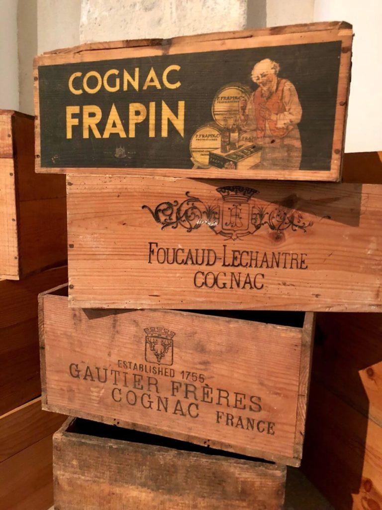 Caisses de cognac au musée des arts du Cognac