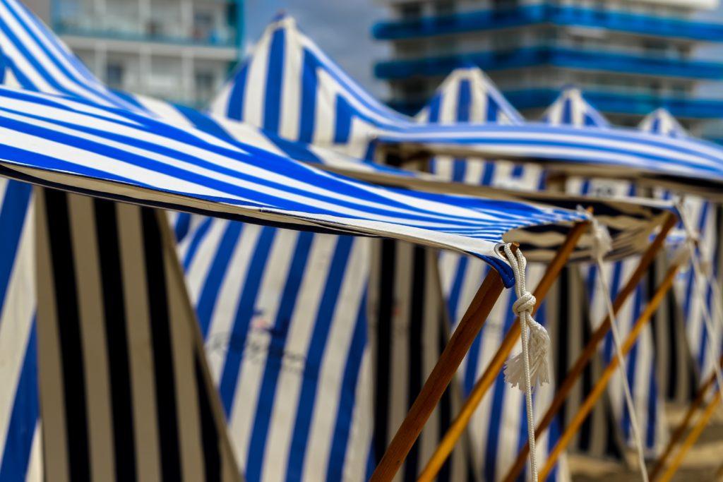Tentes rayées sur la plage de Royan