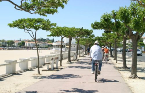 Vélos sur le promenade le long de la plage de Royan