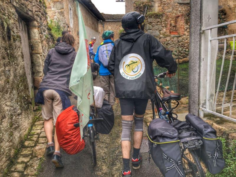 Visite du village de Confolens à vélo