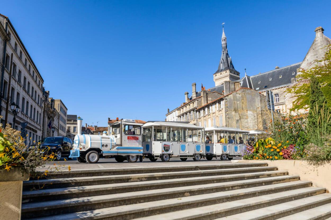 Petit train touristique à Angoulême