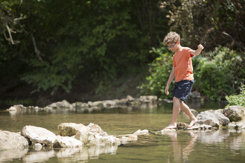 Enfant qui traverse la rivière