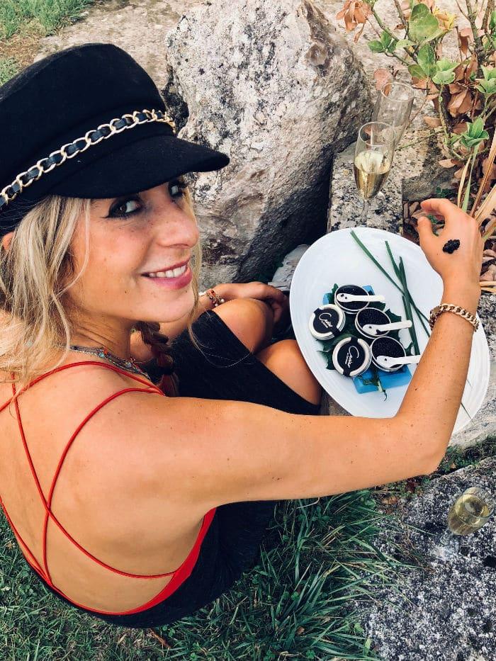 PISCICULTURE MOULIN caviar main dos
