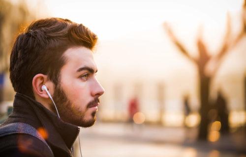 Touriste avec des écouteurs