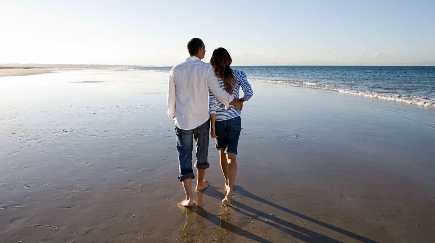 couple sur la plage - week end romantiques charentes