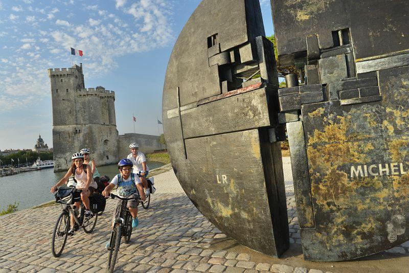 A vélo devant les tours de La Rochelle