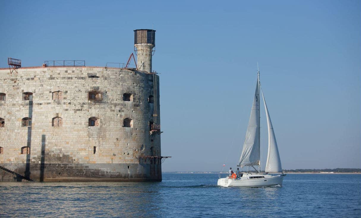 Approche de Fort Boyard en voilier