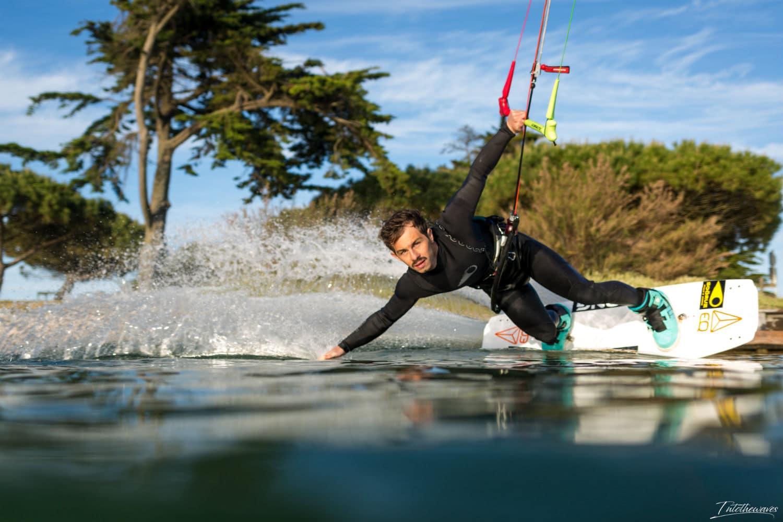 Hugo Guias en train de surfer