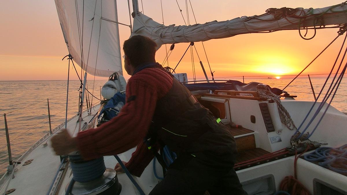 manoeuvres sur Kelone, voilier à La Rochelle